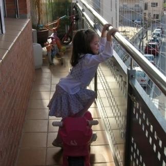 Có nên lắp lưới an toàn ban công cho nhà phố, chung cư, trường học...?