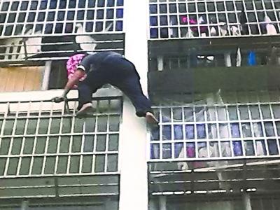 Những tình huống ngoạn mục giải cứu trẻ em ngã từ nhà cao tầng