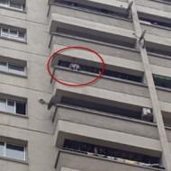 Vụ bé 4 tuổi trèo ban công: Mẹ bật khóc khi xem lại clip