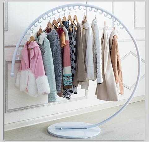 Giá treo quần áo hình cung trong nhà