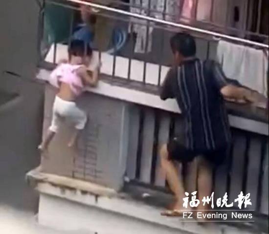 Một cháu gái hai tuổi ngã từ lan can tầng 9 xuống tử vong